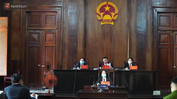 Clip: Hình ảnh đầu tiên ở phiên toà xét xử cựu tiếp viên hàng không Vietnam Airlines làm lây lan dịch bệnh COVID-19 - Ảnh 2.