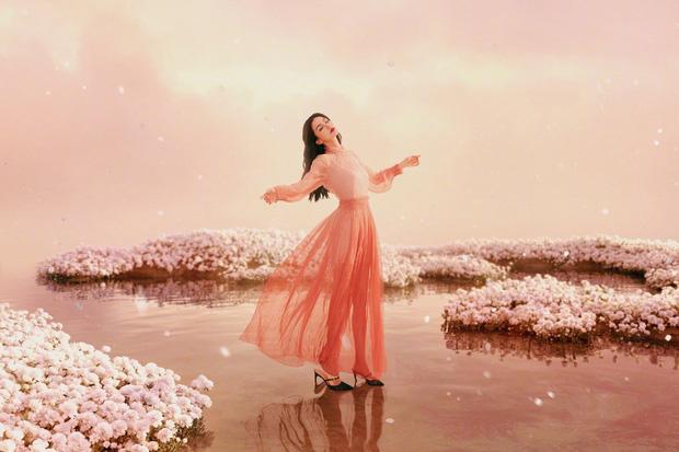 Bộ ảnh mới của Angela Baby bị chê toàn tập: Trang phục lạc quẻ, concept quê mùa, đại sứ Dior đây sao? - Ảnh 4.