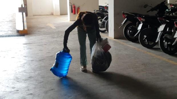 Khu dân cư hàng trăm hộ dân Sài Gòn bị mất nước hơn 3 ngày, người dân khổ sở đi xin nước và chắt chiu từng giọt để sinh hoạt - Ảnh 10.