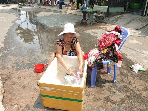 Khu dân cư hàng trăm hộ dân Sài Gòn bị mất nước hơn 3 ngày, người dân khổ sở đi xin nước và chắt chiu từng giọt để sinh hoạt - Ảnh 6.