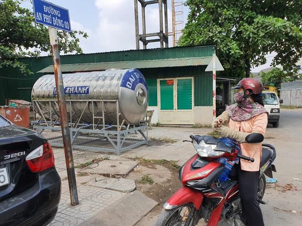 Khu dân cư hàng trăm hộ dân Sài Gòn bị mất nước hơn 3 ngày, người dân khổ sở đi xin nước và chắt chiu từng giọt để sinh hoạt - Ảnh 2.
