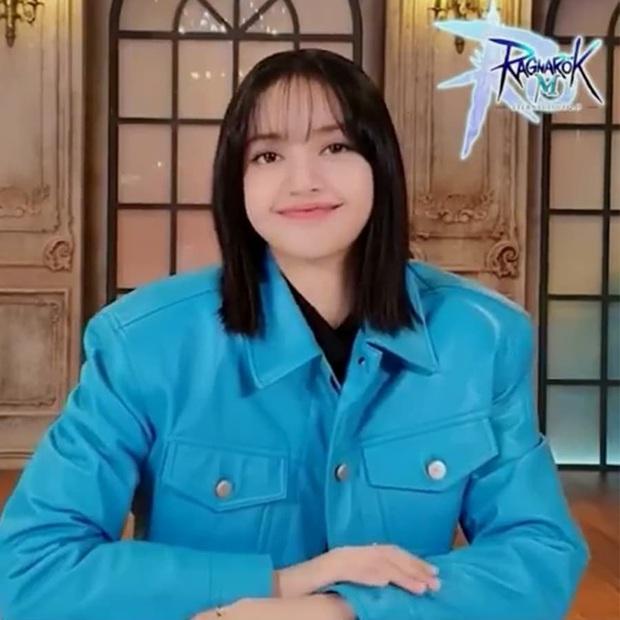 Lisa quả là vô cùng xinh đẹp, nhưng nhan sắc nàng không độ được chiếc áo cùng kiểu mái bết này! - Ảnh 1.
