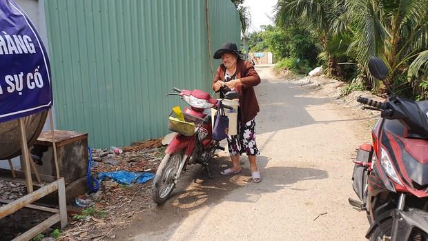Khu dân cư hàng trăm hộ dân Sài Gòn bị mất nước hơn 3 ngày, người dân khổ sở đi xin nước và chắt chiu từng giọt để sinh hoạt - Ảnh 5.