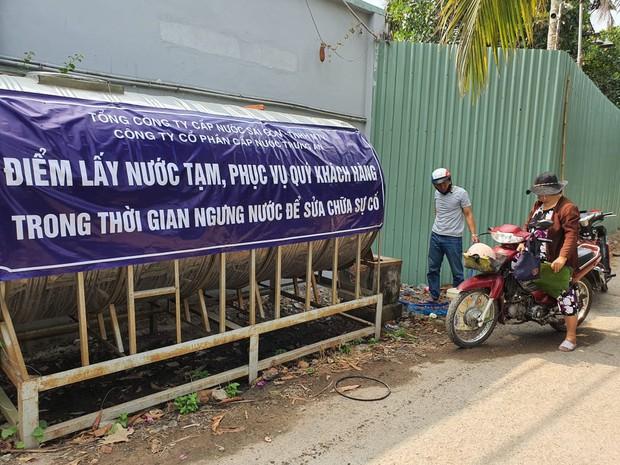 Khu dân cư hàng trăm hộ dân Sài Gòn bị mất nước hơn 3 ngày, người dân khổ sở đi xin nước và chắt chiu từng giọt để sinh hoạt - Ảnh 1.