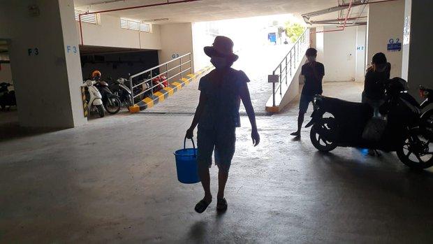 Khu dân cư hàng trăm hộ dân Sài Gòn bị mất nước hơn 3 ngày, người dân khổ sở đi xin nước và chắt chiu từng giọt để sinh hoạt - Ảnh 9.