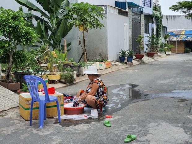 Khu dân cư hàng trăm hộ dân Sài Gòn bị mất nước hơn 3 ngày, người dân khổ sở đi xin nước và chắt chiu từng giọt để sinh hoạt - Ảnh 7.