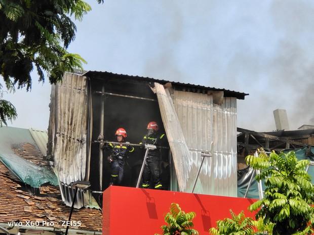Quán bar ở trung tâm Sài Gòn bốc cháy dữ dội, học sinh trường Ernst Thalmann sát bên được sơ tán khẩn cấp - Ảnh 3.