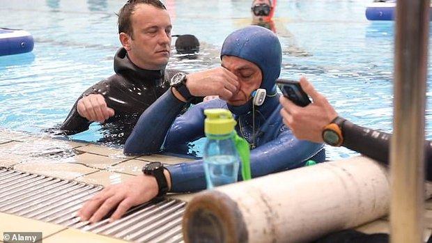 Bác thợ lặn nín thở dưới nước suốt 24 phút, ban giám khảo ngồi trên bờ sợ quá phải xác nhận kỷ lục Guinness thế giới luôn - Ảnh 5.