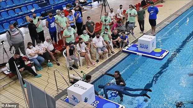 Bác thợ lặn nín thở dưới nước suốt 24 phút, ban giám khảo ngồi trên bờ sợ quá phải xác nhận kỷ lục Guinness thế giới luôn - Ảnh 2.