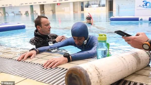Bác thợ lặn nín thở dưới nước suốt 24 phút, ban giám khảo ngồi trên bờ sợ quá phải xác nhận kỷ lục Guinness thế giới luôn - Ảnh 3.