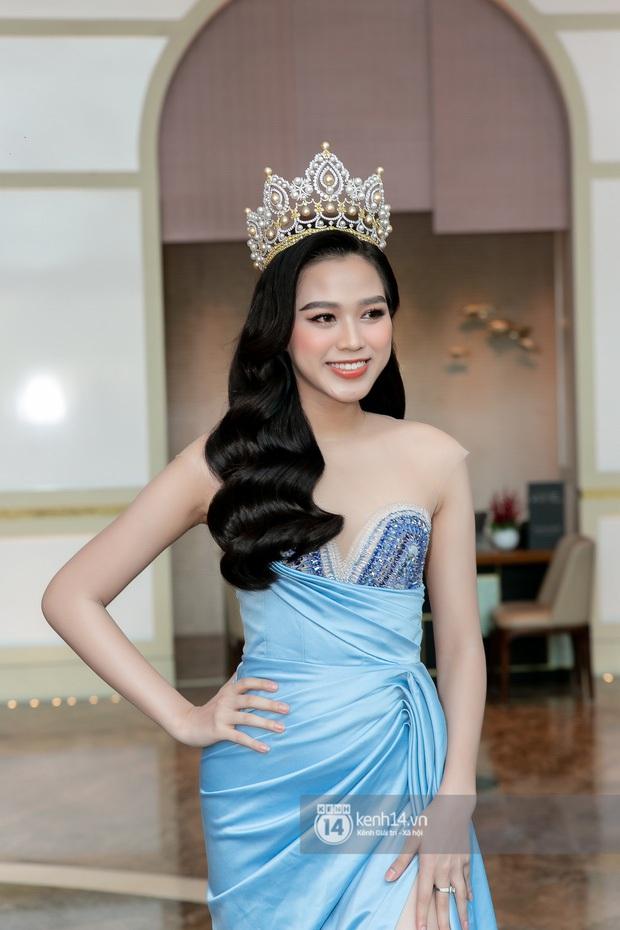 Ngày hôm nay, dường như Hoa hậu Đỗ Thị Hà có thù với makeup và trang phục - Ảnh 1.
