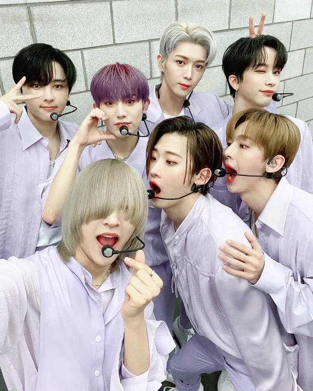 Nam idol phải để kiểu tóc kín mắt suốt 1 năm chỉ để nhóm nhạc nổi tiếng, đến nay mới hé lộ nhan sắc thật ngỡ ngàng - Ảnh 4.