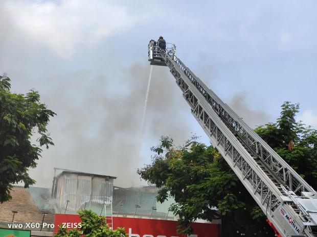 Quán bar ở trung tâm Sài Gòn bốc cháy dữ dội, học sinh trường Ernst Thalmann sát bên được sơ tán khẩn cấp - Ảnh 2.