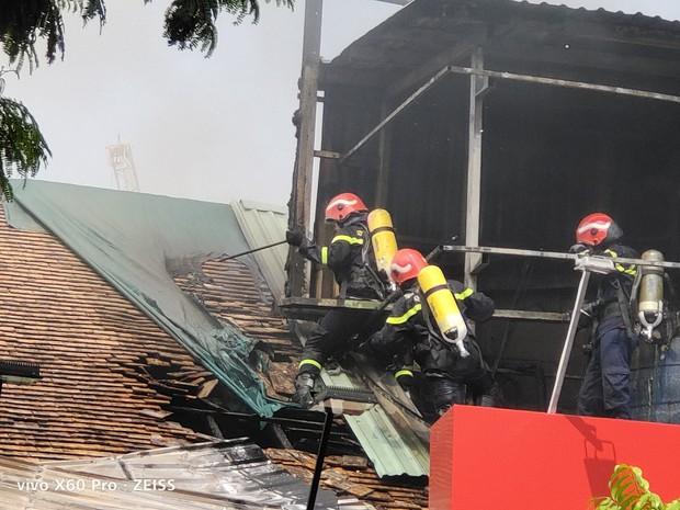 Quán bar ở trung tâm Sài Gòn bốc cháy dữ dội, học sinh trường Ernst Thalmann sát bên được sơ tán khẩn cấp - Ảnh 4.