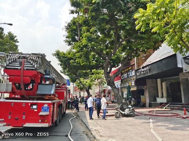 Quán bar ở trung tâm Sài Gòn bốc cháy dữ dội, học sinh trường Ernst Thalmann sát bên được sơ tán khẩn cấp - Ảnh 5.