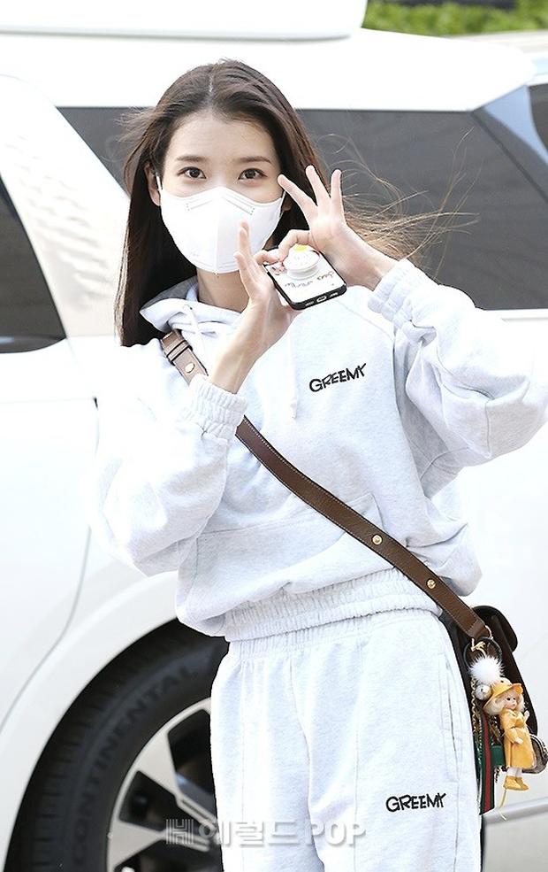 Lâu lắm rồi mới được thấy dàn mỹ nhân xứ Hàn đọ sắc trên đường đi làm: IU xinh xỉu, Hani gặp đối thủ khi so kè vóc dáng - Ảnh 2.
