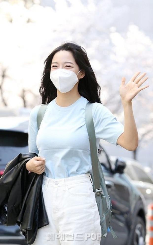 Lâu lắm rồi mới được thấy dàn mỹ nhân xứ Hàn đọ sắc trên đường đi làm: IU xinh xỉu, Hani gặp đối thủ khi so kè vóc dáng - Ảnh 15.