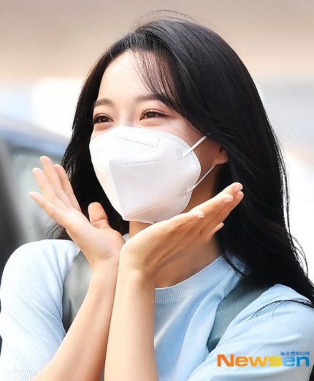 Lâu lắm rồi mới được thấy dàn mỹ nhân xứ Hàn đọ sắc trên đường đi làm: IU xinh xỉu, Hani gặp đối thủ khi so kè vóc dáng - Ảnh 14.