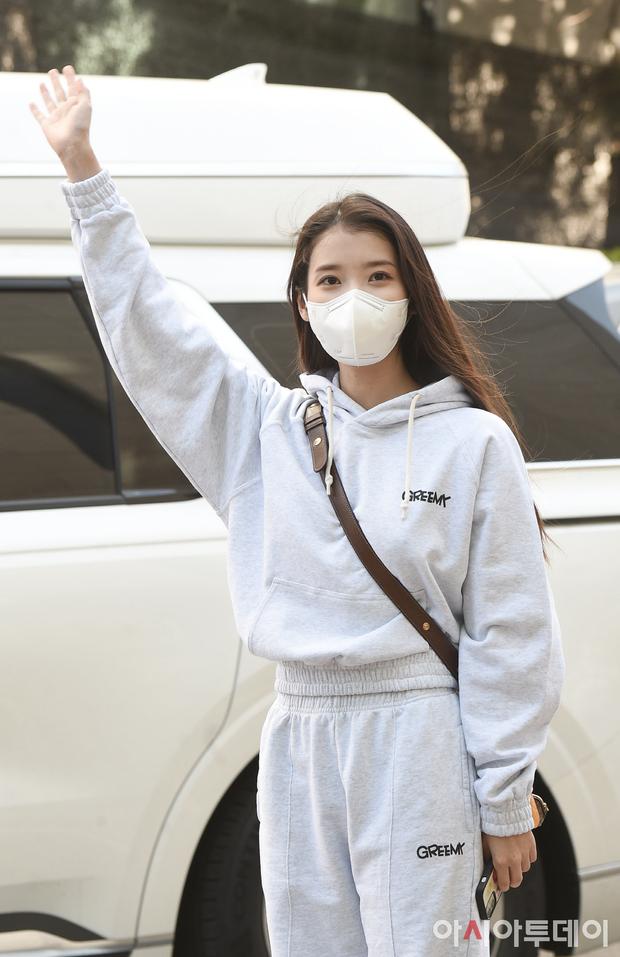 Lâu lắm rồi mới được thấy dàn mỹ nhân xứ Hàn đọ sắc trên đường đi làm: IU xinh xỉu, Hani gặp đối thủ khi so kè vóc dáng - Ảnh 4.