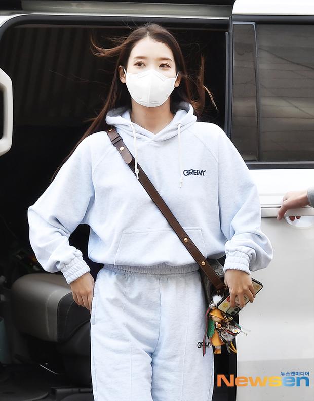 Lâu lắm rồi mới được thấy dàn mỹ nhân xứ Hàn đọ sắc trên đường đi làm: IU xinh xỉu, Hani gặp đối thủ khi so kè vóc dáng - Ảnh 5.