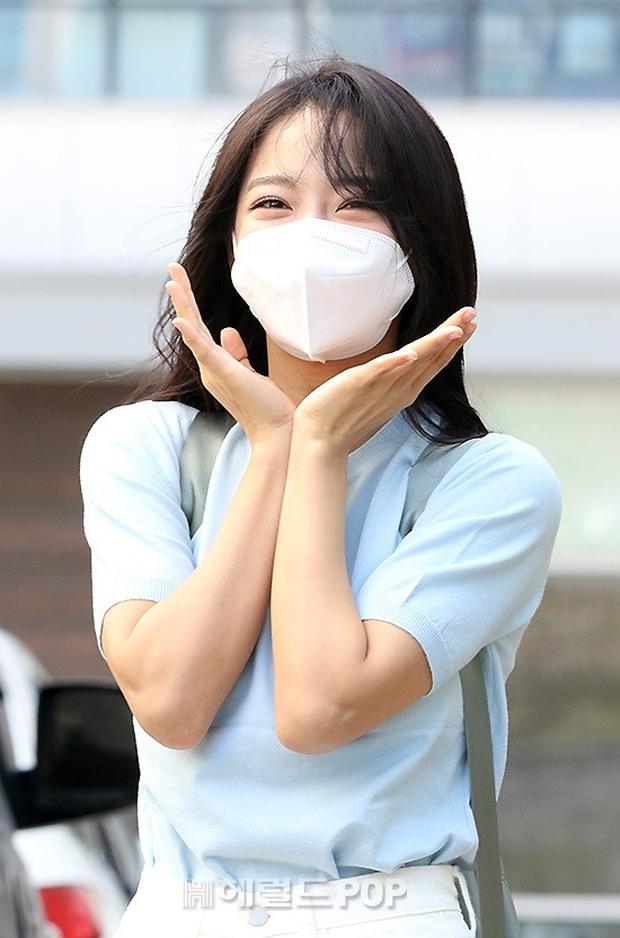 Lâu lắm rồi mới được thấy dàn mỹ nhân xứ Hàn đọ sắc trên đường đi làm: IU xinh xỉu, Hani gặp đối thủ khi so kè vóc dáng - Ảnh 12.