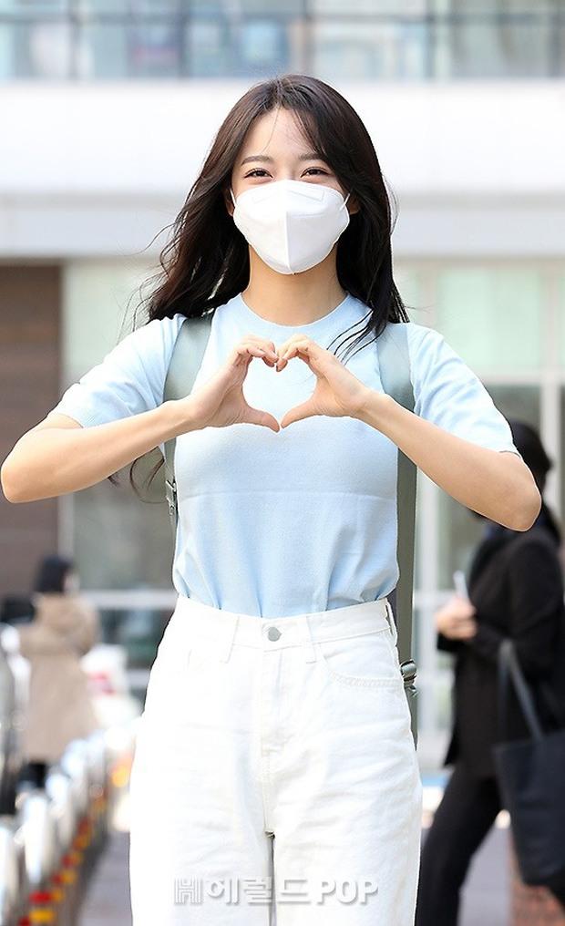 Lâu lắm rồi mới được thấy dàn mỹ nhân xứ Hàn đọ sắc trên đường đi làm: IU xinh xỉu, Hani gặp đối thủ khi so kè vóc dáng - Ảnh 13.