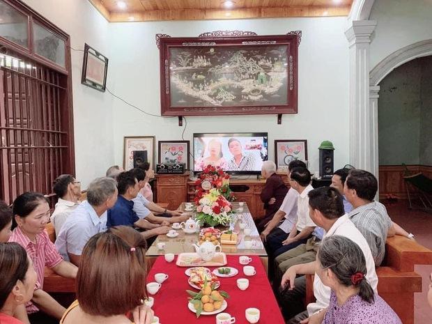 Vì dịch Covid-19, một cặp đôi người Việt tổ chức đám hỏi qua livestream gây bão cộng đồng mạng vì quá đáng yêu, ông bà ta giờ cũng sành công nghệ rồi! - Ảnh 1.