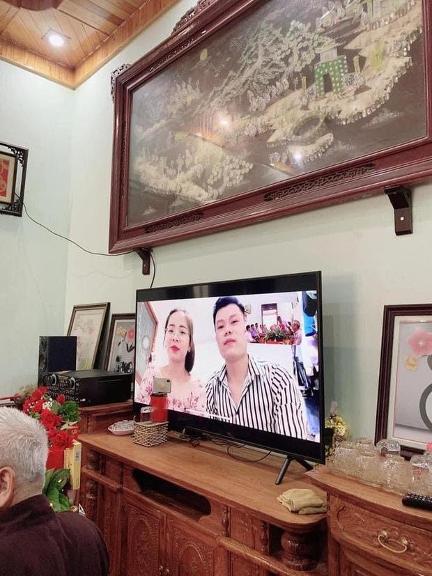 Vì dịch Covid-19, một cặp đôi người Việt tổ chức đám hỏi qua livestream gây bão cộng đồng mạng vì quá đáng yêu, ông bà ta giờ cũng sành công nghệ rồi! - Ảnh 3.