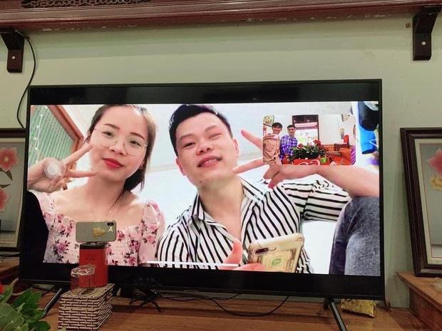 Vì dịch Covid-19, một cặp đôi người Việt tổ chức đám hỏi qua livestream gây bão cộng đồng mạng vì quá đáng yêu, ông bà ta giờ cũng sành công nghệ rồi! - Ảnh 2.