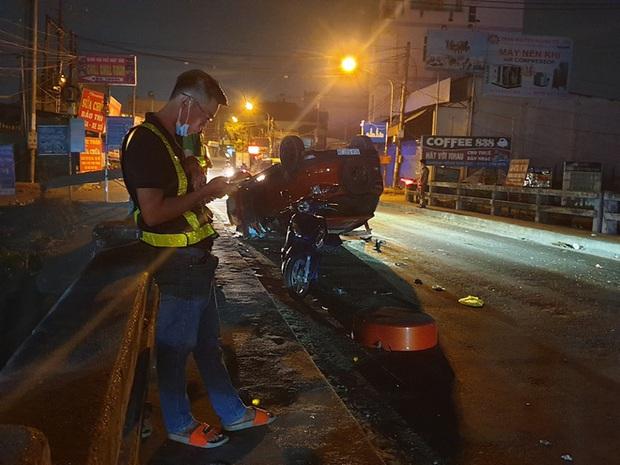 Ô tô 4 chỗ văng trúng xe máy rồi lật chỏng vó trên đường, 1 người nguy kịch - Ảnh 1.