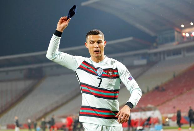 Chiếc băng đội trưởng bị Ronaldo giận dữ ném đi có thể cứu sống tính mạng của một cậu bé - Ảnh 1.