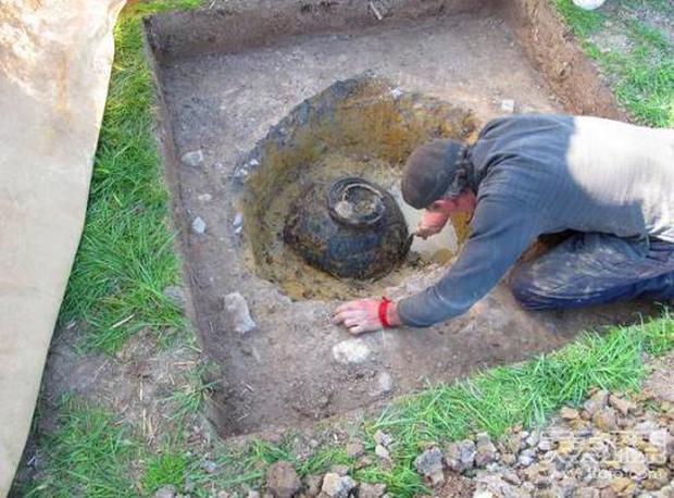 Thợ săn kho báu nghiệp dư tìm thấy cái chum cũ trên cánh đồng: Đập vỡ cạnh chum, nhận ra kho báu 1 triệu USD - Ảnh 1.