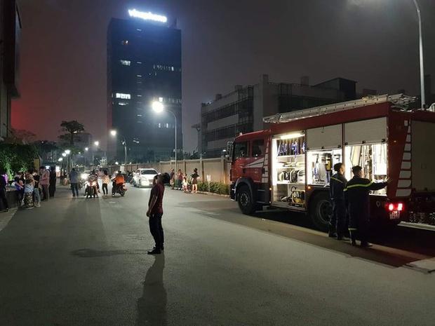 2 mẹ con bị nhốt trong thang máy chung cư cao cấp ở Hà Nội gần 1 giờ vì sự cố báo cháy - Ảnh 2.