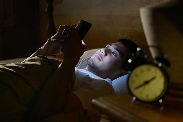 3 thói quen trước khi đi ngủ đánh cắp tuổi thọ của bạn, thức khuya không đáng sợ bằng cái cuối - Ảnh 1.