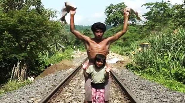 Bố lôi con gái chạy ra chặn tàu lửa đang lao đến khiến người lái tàu bối rối, hành động tưởng như điên rồ nhưng đã cứu sống 2.000 con người - Ảnh 2.