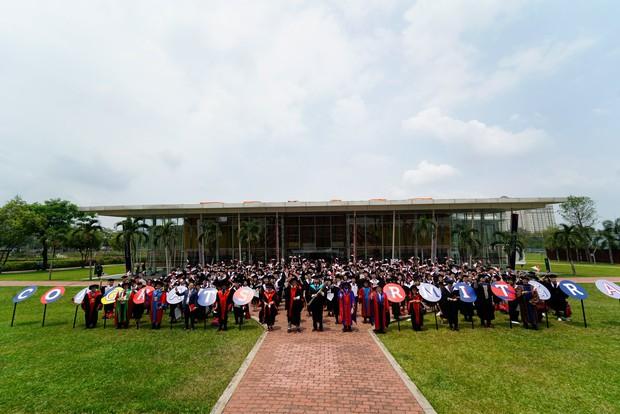 """Lễ tốt nghiệp """"tốn tiền"""" của Á hậu Phương Anh tại RMIT: Quy tắc ngầm về lễ phục, nhiều nghi thức rườm rà nhưng choáng nhất là đặc quyền không phải ai cũng có - Ảnh 7."""
