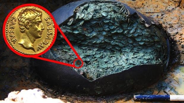 Thợ săn kho báu nghiệp dư tìm thấy cái chum cũ trên cánh đồng: Đập vỡ cạnh chum, nhận ra kho báu 1 triệu USD - Ảnh 2.