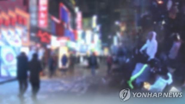 Cảnh sát Hàn đột kích quán bar trá hình hoạt động bất chấp lệnh cấm trong phòng tập công ty giải trí, loạt ông lớn bị réo gọi - Ảnh 2.