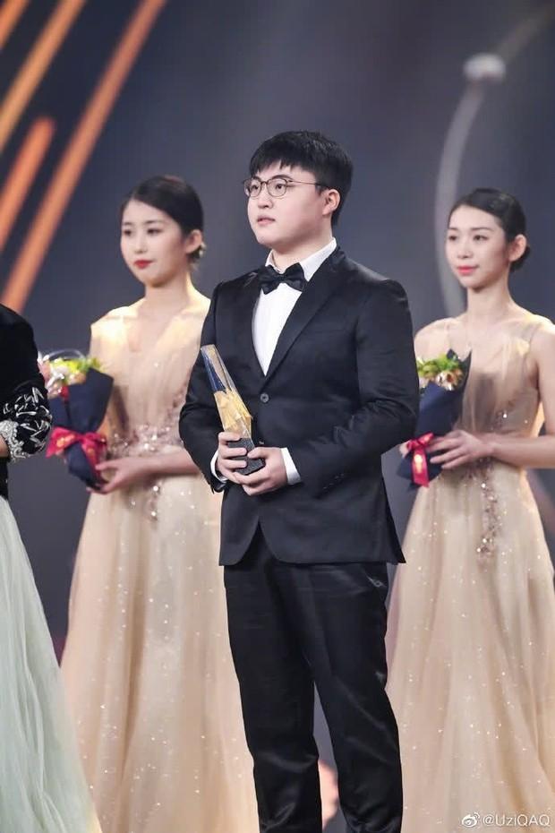 Khi minh tinh màn bạc hội tụ cùng streamer tỷ view, Vương Nhất Bác tranh thủ chụp ảnh lia lịa cùng idol làng game - Ảnh 1.