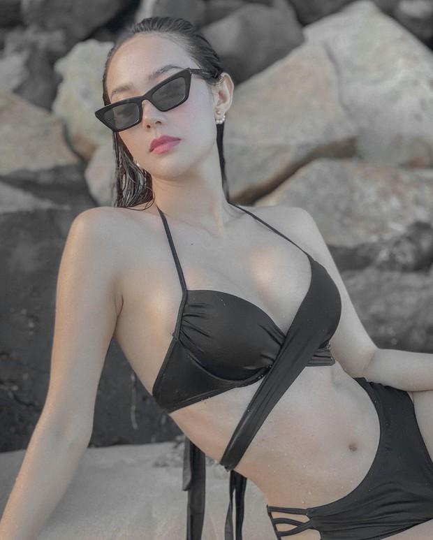Lâu lắm mới thấy Minh Hằng diện bikini cut-out chằng chịt, khoe vòng 1 ngộp thở thế này thì ai làm lại? - Ảnh 2.