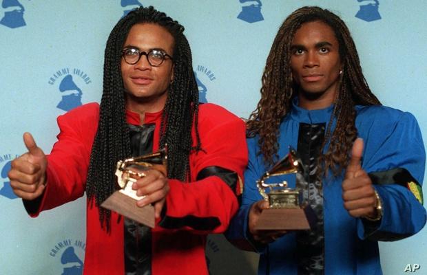 Loạt khoảnh khắc gây sốc của Grammy: Người xé toạc trang phục khi diễn, fan tẩy chay vì trao giải ca sĩ giả, nhiều sao ra chuồng gà - Ảnh 2.