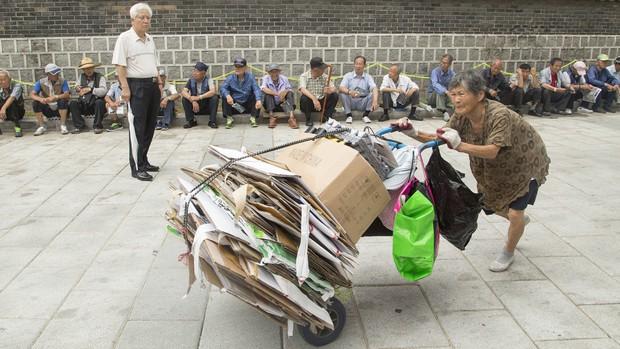 Những cụ già làm nghề đồng nát kiếm bạc lẻ để sinh tồn giữa Seoul hoa lệ: Góc khuất bị lãng quên của một đất nước giàu có - Ảnh 2.
