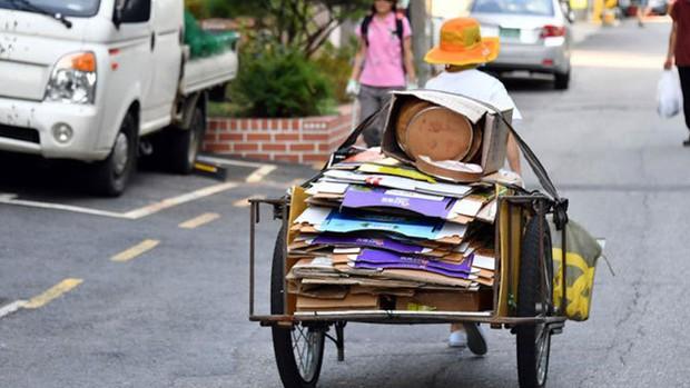 Những cụ già làm nghề đồng nát kiếm bạc lẻ để sinh tồn giữa Seoul hoa lệ: Góc khuất bị lãng quên của một đất nước giàu có - Ảnh 1.