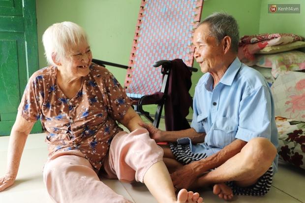 60 năm làm vợ chồng, ông vẫn giặt đồ, tắm gội cho bà lúc ốm đau, bệnh tật: Tui không có con, cả đời này có mình bả thôi - Ảnh 8.