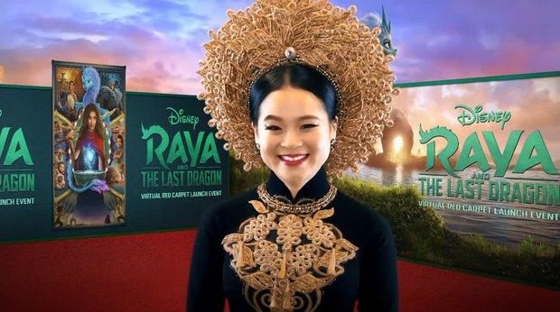 Công chúa gốc Việt đầu tiên của Disney diện áo dài lộng lẫy lên thảm đỏ, không giữ nổi bình tĩnh mà rơi nước mắt - Ảnh 2.
