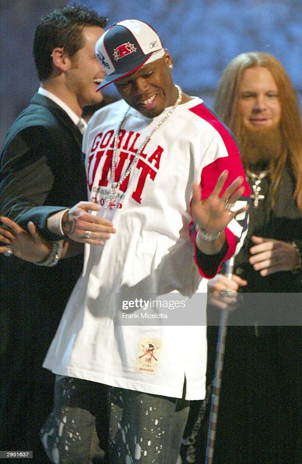 Loạt khoảnh khắc gây sốc của Grammy: Người xé toạc trang phục khi diễn, fan tẩy chay vì trao giải ca sĩ giả, nhiều sao ra chuồng gà - Ảnh 8.