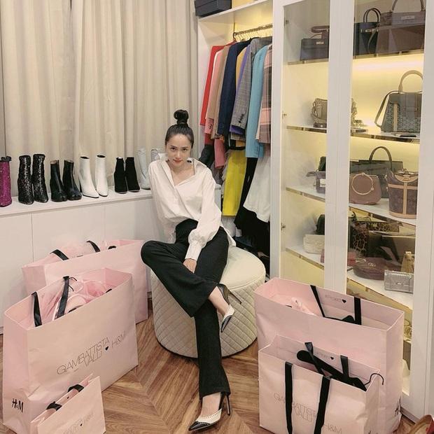 Khi người đẹp sống ảo tại gia: Hà Tăng mê mẩn 1 góc, Hương Giang khoe khéo sự giàu có ở phòng đồ hiệu - Ảnh 8.