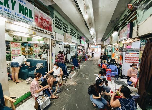 """Hẻm """"nail quốc tế"""" chợ Bến Thành đìu hiu vì dịch Covid-19, các chủ tiệm cố cầm cự chờ ngày du khách quay lại - Ảnh 2."""