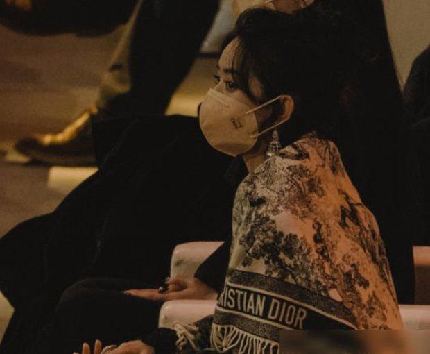 Đụng độ 2 bạn gái cũ của chồng, Triệu Lệ Dĩnh gây tranh cãi vì hành động ẩn ý khi bị cho ra rìa giữa sự kiện - Ảnh 3.