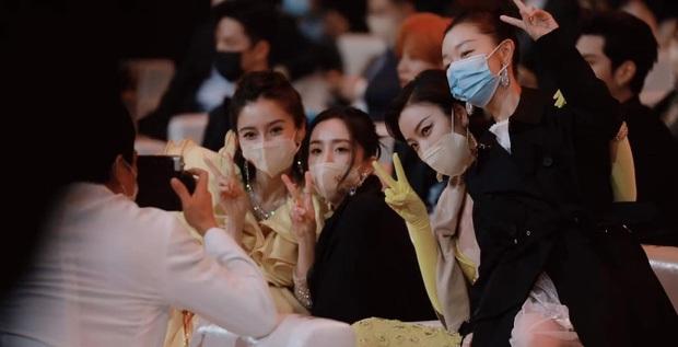 Đụng độ 2 bạn gái cũ của chồng, Triệu Lệ Dĩnh gây tranh cãi vì hành động ẩn ý khi bị cho ra rìa giữa sự kiện - Ảnh 4.